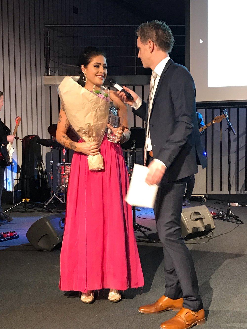 """Iselin Toft Dyrstad fikk utdelt prisen som """"Månedens profil"""" for januar under lørdagens galla. Foto: Kjetil Olsen."""