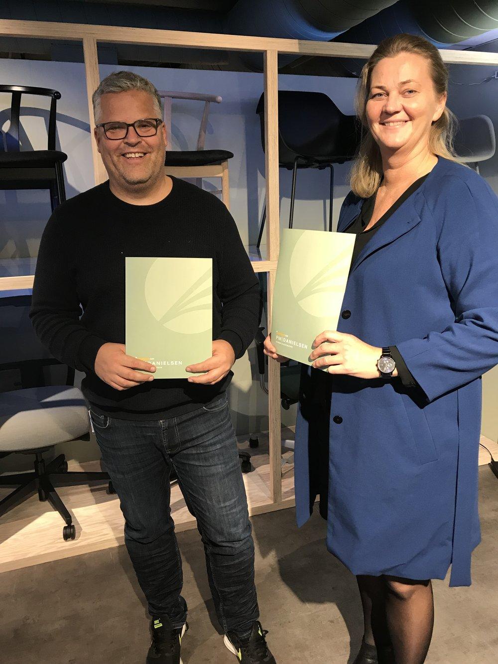 Ingvar Ludvigsen og Ragne Evensen smiler bredt etter at samarbeidsavtalen mellom Sørlandets Travpark og PM Danielsen Interiør og Kontorutstyr AS ble forlenget. Foto: Richard Ekhaugen.