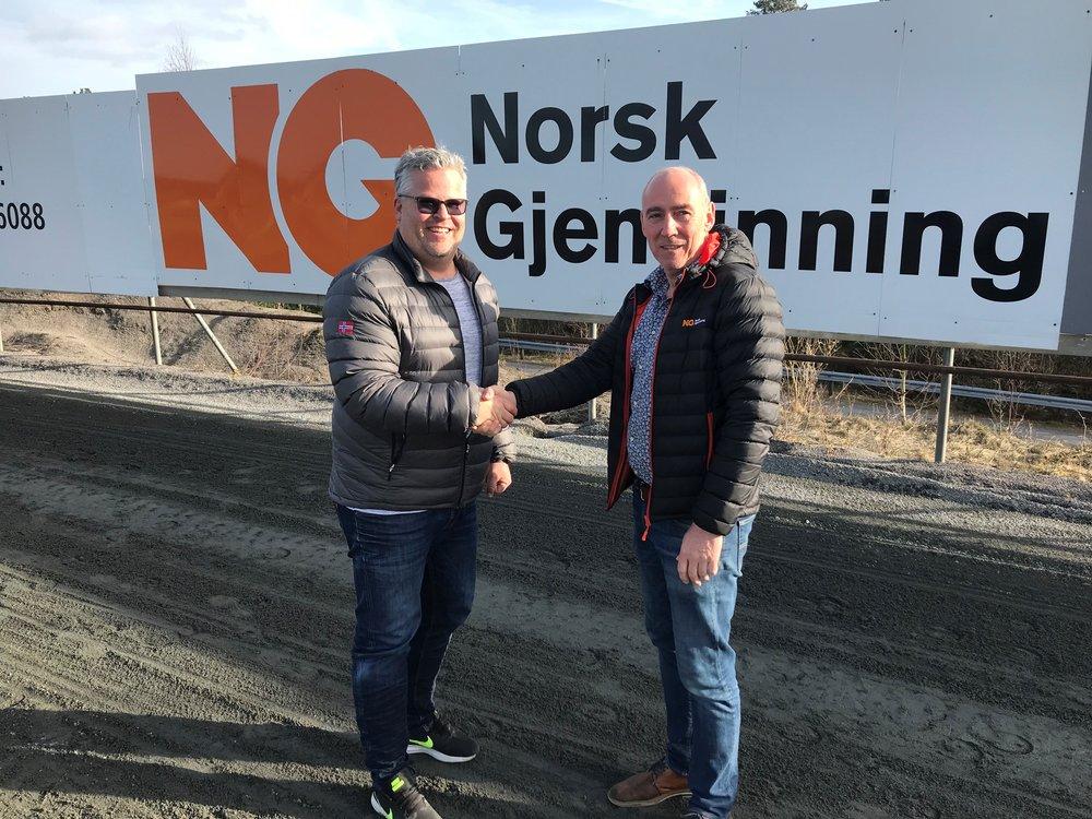 Et solid håndtrykk på 13.året; Norsk Gjenvinnings Tom Løchen sammen med Travparkens ingvar Ludvigsen. Foto: Sørlandets Travpark.