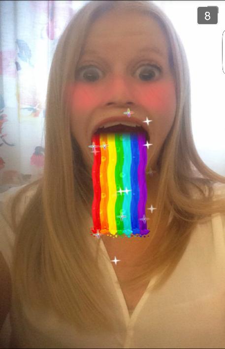 Här testar Sofia den nya uppdateringen där man spyr upp en regnbåge och får stora ögon. Det ser ju ganska roligt ut.