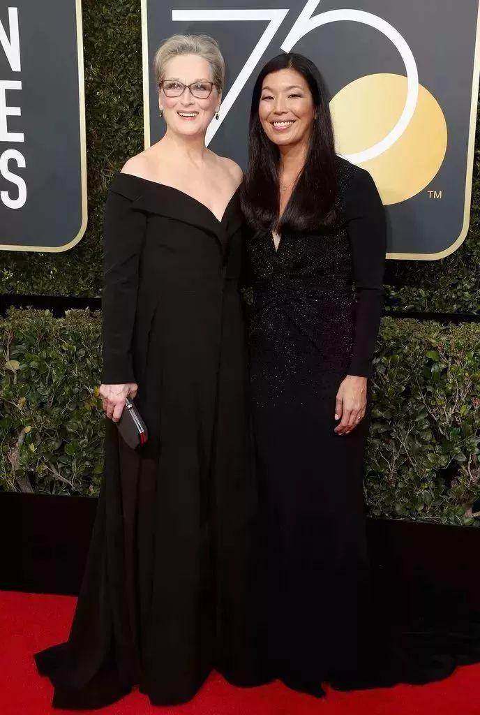 """The Oscar-winner Meryl Streep (left) wore a black off the shoulder tuxedo-inspired gown from Vera Wang Collection. The gown is strikingly similar to the black gown from Valentino Collection Streep wore in """"The Devil Wears Prada""""."""