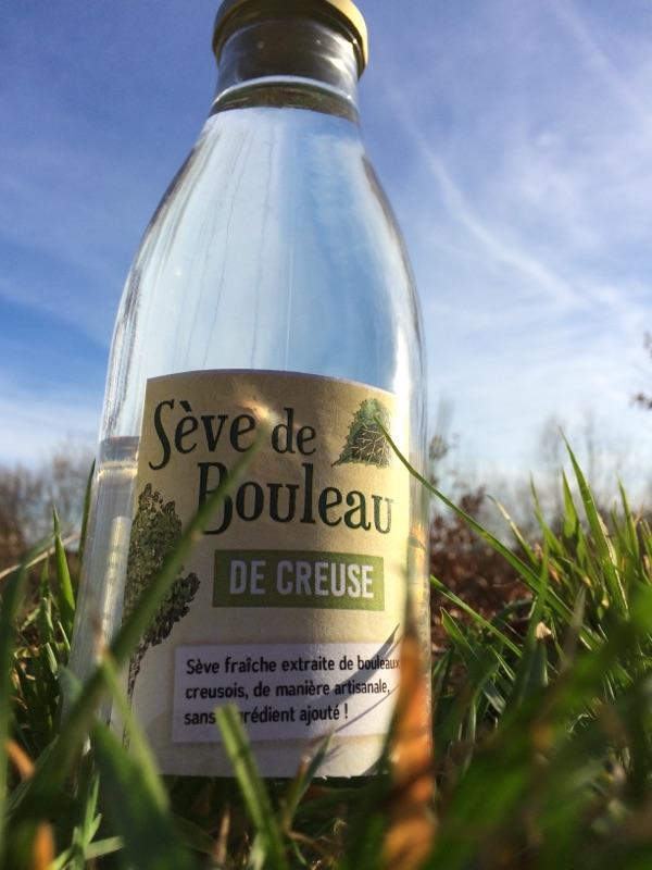 Conditionnée dans des bouteilles en verre, la sève de bouleau est à boire fraîche, pour profiter de ses nombreuses vertus !