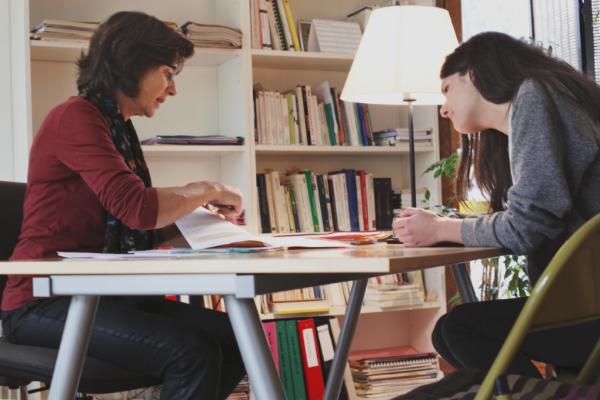 Le travail du conseiller d'orientation ou de la conseillère d'orientation comprend des tests adaptés au profil particulier de chaque jeune.