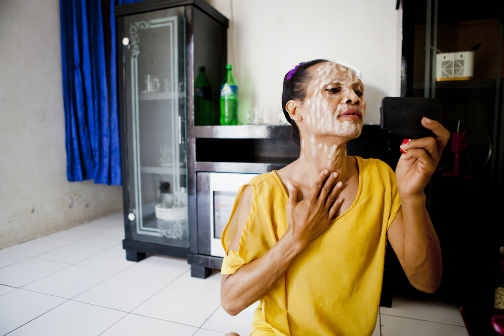 Miska begins putting on her makeup before at her home. The makeup application is a very important ritual for a waria. Miska doesn't wear makeup when she is at home, but always puts it on before leaving the house.