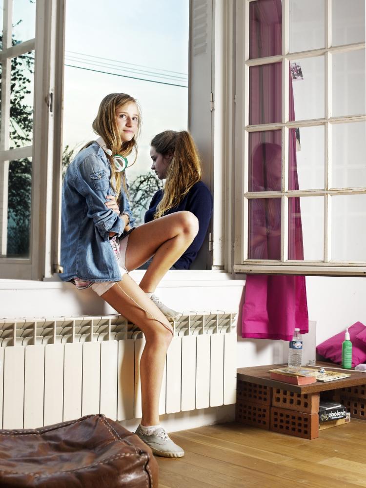 Jeanne & Chloé, Chevrières, 2011. Les nièces Jeanne, 14 ans et Chloé 16 ans. Adolescence brillante pour l'une et rebelle pour l'autre. Elles traînent par une belle fin d'après-midi face aux champs de betterave de l'Oise.