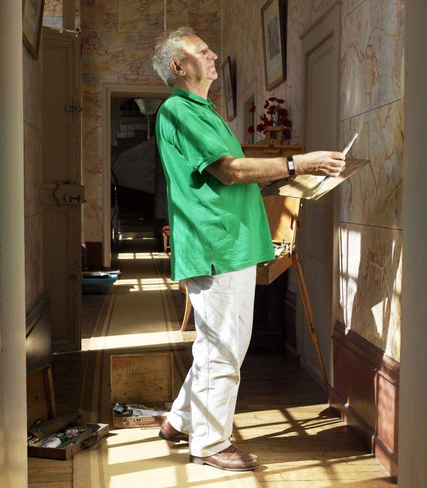 Régis, Lugny-Champagne, 2008.   Régis est très bricoleur, il a refait toute sa maison dans le Cher avec sa fidèle radio couverte de peinture. Des plinthes en fausses malachite dans le billard, des fruits colorés au plafond du salon, du faux marbre dans le couloir… toujours une petite retouche à faire, pour son plus grand plaisir!