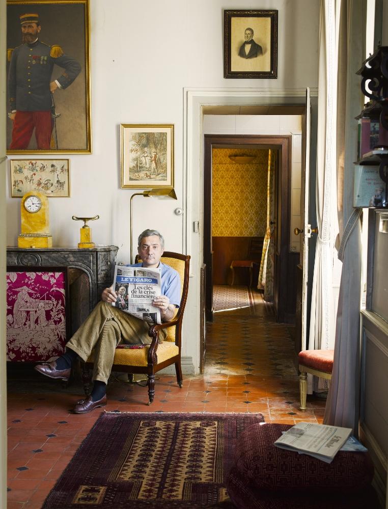 H. Anjou,2011 H. l'aîné des beaux-frères. Aux rythmes des mouches angevines, il lit la presse avant le déjeuner, son petit rituel des vacances