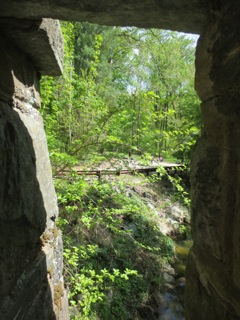 Seeing through the pillars of the stone bridge. The children can be seen, but you have to look closely.