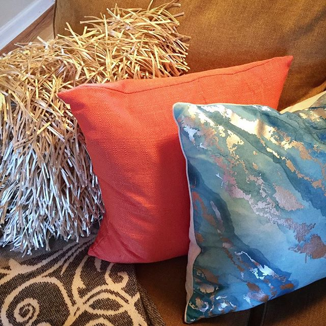 New #colorscheme in the #midcenturymodern #livingroom for #summer! #coralandturquoise #champagne
