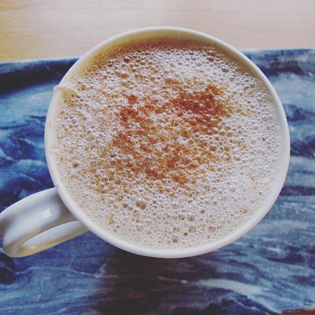 Homemade vegan London fog // brew a strong 1/2C of earl grey tea. Whisk 1/2C almond milk on the stove with a dash of vanilla and 1T maple syrup. Add to your boiled tea and enjoy with some cinnamon on top! #healthfoodsnob