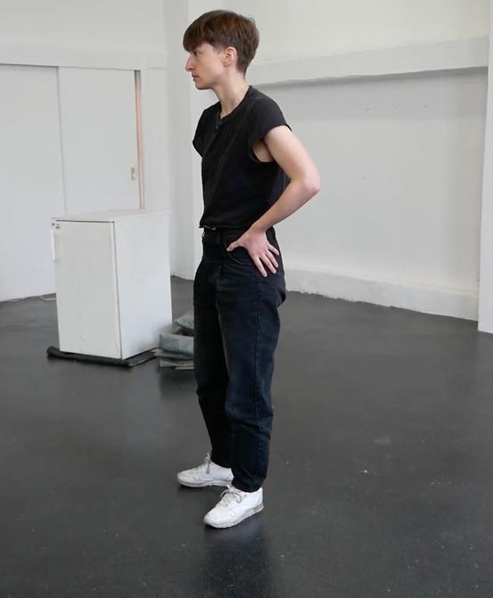 mail@nataschamoschini.com - Natascha Moschini studierte zeitgenössischen Tanz in Antwerpen, Performance Studies in Hamburg und Contemporary Arts Practice in Bern. Sie interessiert sich für das Narrativ anatomischer Realitäten und für die Umformulierung selbstregierender Elemente körperlicher Praxen. Sie verwirklichte Arbeiten wie: stammheim schleife – ein Audiowalk zu der Justizvollzugsanstalt in Stuttgart Stammheim, eine Co-Produktion mit Arttours Stuttgart; no window – eine Audio- und Videoinstallation im Kunstmusem Centre PasquArt in Biel im Rahmen der Cantonale Berne Jura; und mama's body is a mountain – eine szenische Lesung über die Monstrosität und Intimität eines deformierten menschlichen Körpers. Natascha Moschini ist Kooperationsstipendiatin der Akademie Schloss Solitude und der Tanzszene Baden-Württemberg 2016. Sie realisierte in diesem Rahmen die installative Performance sechsunddreißigtausend im Württembergischen-Kunstverein in Stuttgart. Diese Arbeit erkundet das Verhältnis von künstlerischem Schaffen und den Produktionsbedingungen des Kulturbetriebs. August 2017 performte Natascha Moschini für Tino Sehgal Kiss (2002) in der Fondation Beyeler. 2016/2017 war Natascha Moschini mit Marie Popall und a lovers' bath zu dem Performance Art Festival BONE 19, dem Grellen Keller in Bern und einer Arbeitsresidenz in Kassel bei dem Künstlerkollektiv Tokonoma, welches mit der Documenta 14 kooperierte, eingeladen.Zuletzt konnte Natascha Moschini gemeinsam mit Pascale Utz bei Mixed Pickels, einem Kurzstückeabend für Tanz im Roxy Birsfelden, ihre Arbeit runner's high zeigen.Für den Inkubator `18 im Fabriktheater in Zürich entwickelt sie gemeinsam mit Marie Popall die Arbeit volcano, in der die beiden Performerinnen auf dem Rücken zweier Spielbälle ihr Verhältnis zum Begriff der Potenz erkunden.