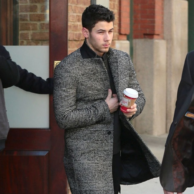 No reason to still get jealous over @nickjonas's excellent street style.  We tell you how to copy this singer's fashion in our new #doppelhanger episode!  Link in our bio 👆
