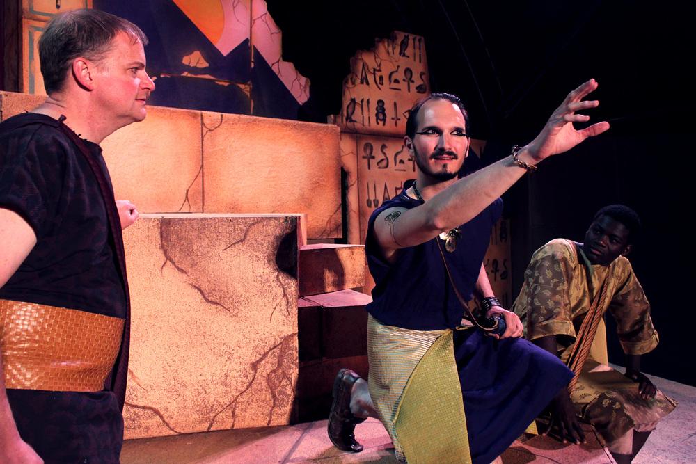 Agrippa (David Richwine), Enobarbus (Thomas Weaver), Mencaenas (Bernard Joseph)