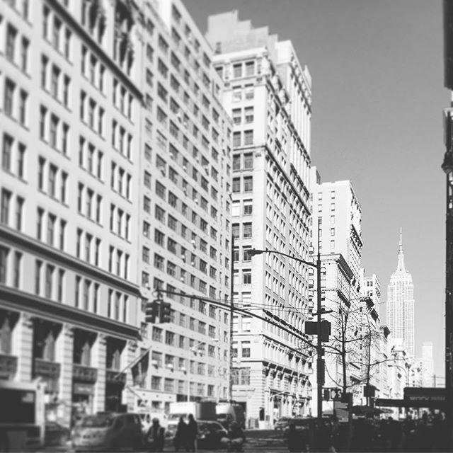 #goodmorning #empire #empirestatebuilding #newyorkcity #unterwegs #sightseeing #newyork #manhattan #skyscraper #top #entdecken #freezing #blackandwhitephoto #sunnyday #dinyt #deineindividuellenewyorktour #tourist #visiting #citytrip #winter2018