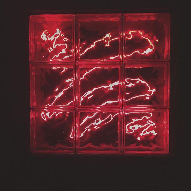 #art #neon #lights #studio #lastnight #unterwegs #entdecken #deineindividuellenewyorktour #walkingtour #neonart&design #geheimnisvoll #windows #atelier #tours #tourist #citylights #explore #neverstop #dinyt #traditions