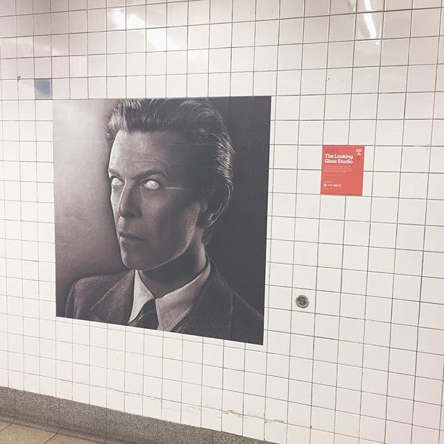 #thelookingglass #unterwegs #exibithion #subway #nyc #davidbowie I see you #blackandwhite #art #music #tiles #weiss #underground #dinyt #subwayride #deineindividuellenewyorktour