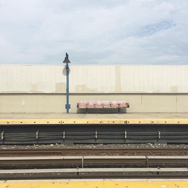 #broadchannel #train #subway #newyork #unterwegs #rockawaybeach #bench #artinstallation #visavis #track #deineindividuellenewyorktour #beachtrip #diNYt #horizon