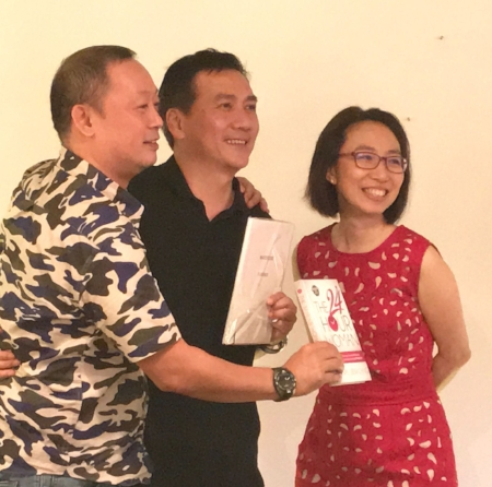 "Dr Steven Ng of Gentle Dental, giving away the lucky draw prizes of ""The 24 Hour Woman"" book, and ""The A-Z Wardrobe Planner""."