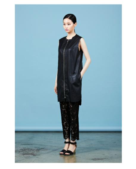Удлиненный жилет-платье.   Состав: 100% полиестер  Цена: 25100 руб.   Кружевные лосины.   Состав: 34% найлон, 35% хлопок, 31% район  Цена: 12100 руб.