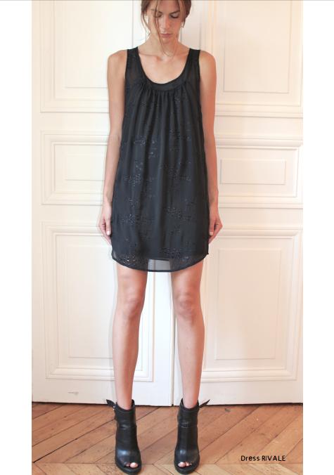 Платье с ркчной вышевкой.  Состав: 100% шелк  Цена: 32400 руб.