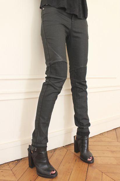 Dogme джинсы с кожанми вставками на коленках.  Состав: 98% хлопок, 2% лайкра.  Цена: 17100 руб.