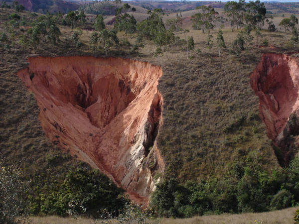 Fresh lavaka cut eroded into hillside. Photo: Team Lavaka Collection, R Cox