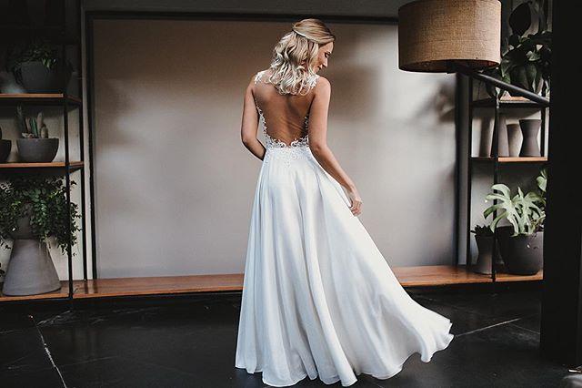 Essa noiva @juliavanhazebrouck 👰🏼 esse vestido 🖤 make @fertissotmakeup cabelo @juoliver_makehair