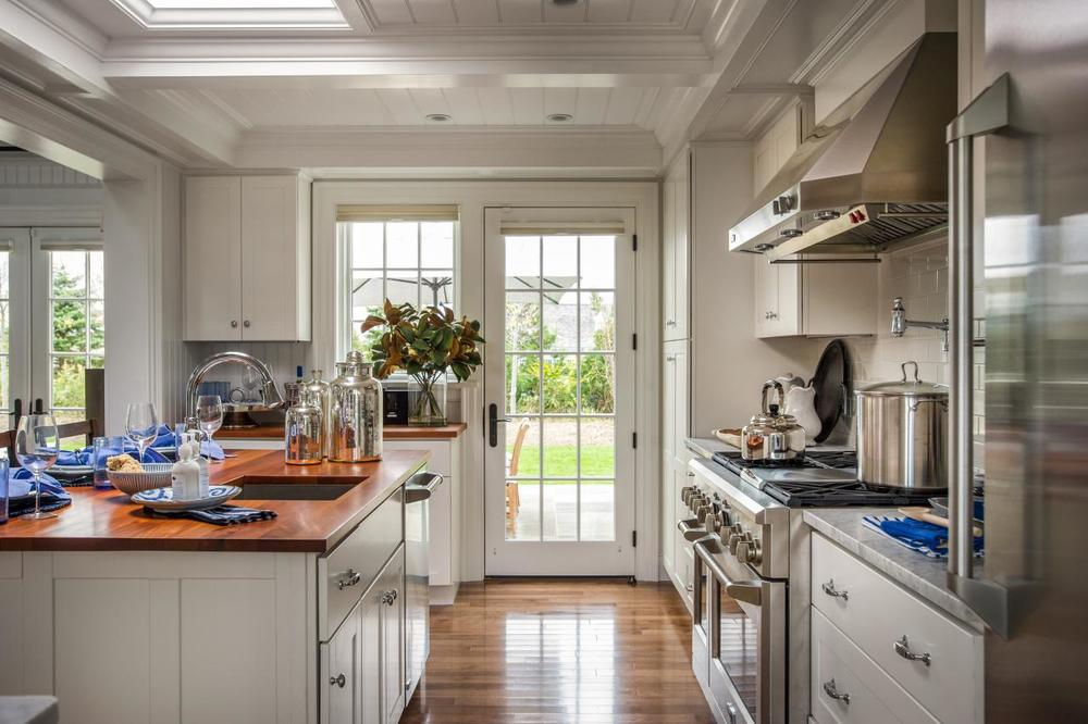 dh2015_kitchen_view-toward-patio_h.jpg.rend.hgtvcom.1280.853.jpeg