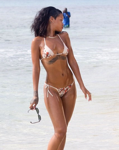1427148135241_rihanna-in-the-water-31.jpg