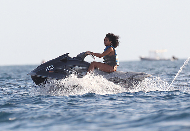 1426713418889_rihanna-in-the-water-16.jpg