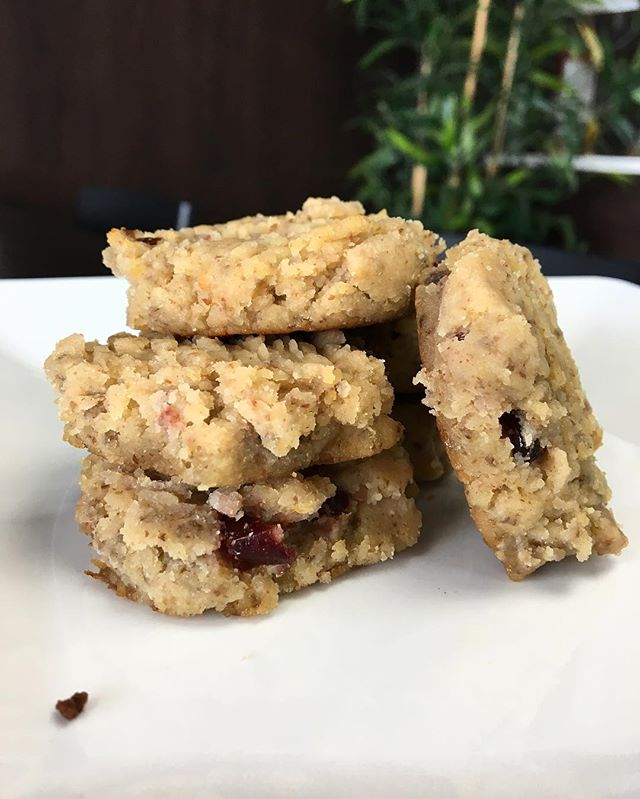 A favourite for many of our customers!! 🌟🌟🌟 Our Lemon Cranberry Almond Cookies!  #organiquejuicebar #healthyfood #foodphotography #blogto #insauga #streetsville #vegan #cookies #fruits #almonds #lemon #healthyrecipes