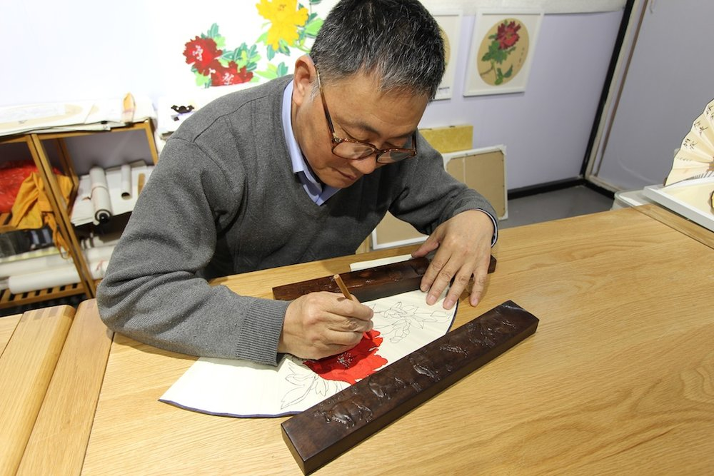 Wu Yuezi 吴越子, one of many artists at the exhibition of folk crafts in the Great World, whose specialty is painting fans