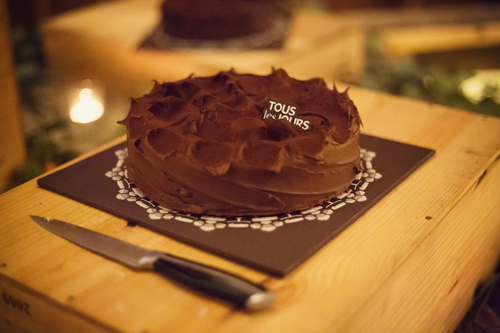 "Ella Sophie Wedding Photography chocolate cake with decoration reading ""tous les jours"""
