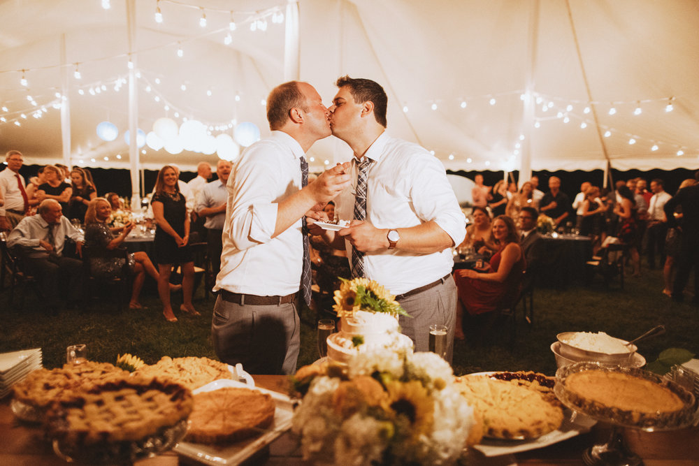 kissing before cutting the wedding pie