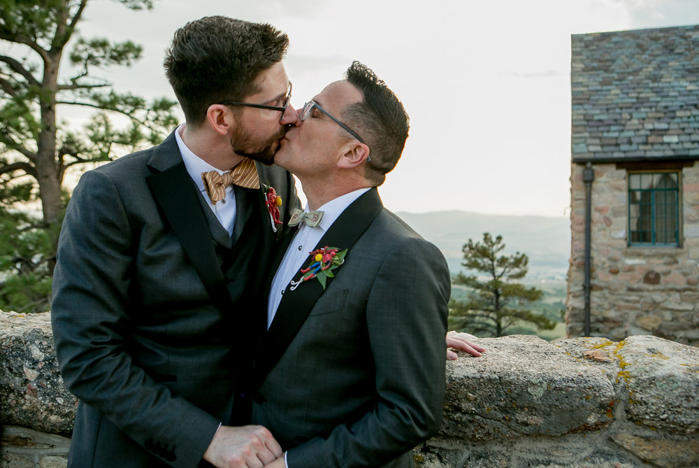 colorado castle wedding kiss at castle wall