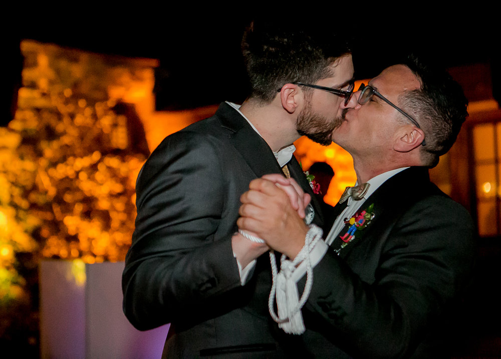 colorado castle wedding kiss on dance floor