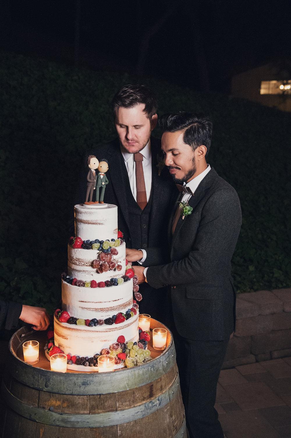 circle oak ranch farm wedding california grooms cutting cake