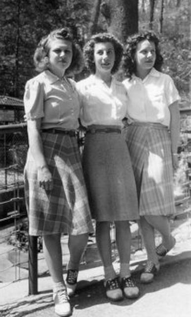 穿著 1940 年代馬鞍鞋的三位美女