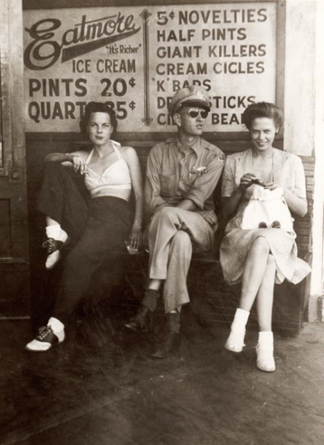 穿著 1940 年代的馬鞍鞋的美女