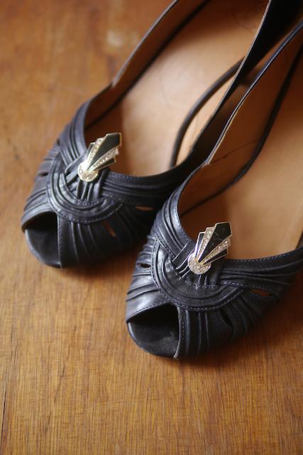 夾式耳環也可以當作洋裝夾用,這裡用來裝飾鞋子