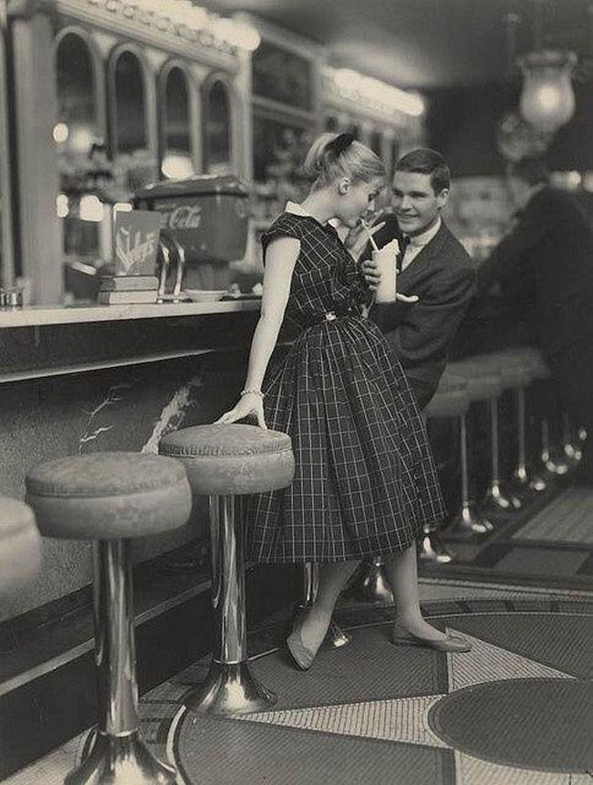 50 年代冰淇淋店的約會