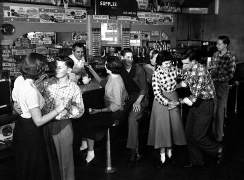 50 年代在冰淇淋店跳舞的年輕人