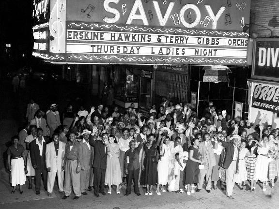 1952 年, Erskine Hawkins 在紐約哈林的 Savoy Ballroom 演出( via   Corbis )