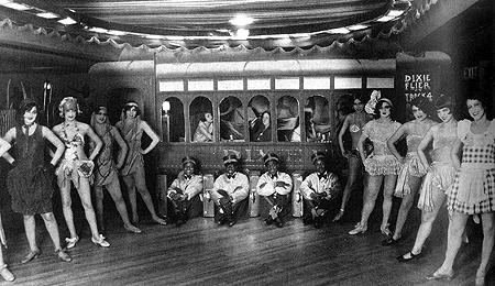 紐約夜店 Connie's Inn 的跳舞女郎們,應該是 1920-30 年代