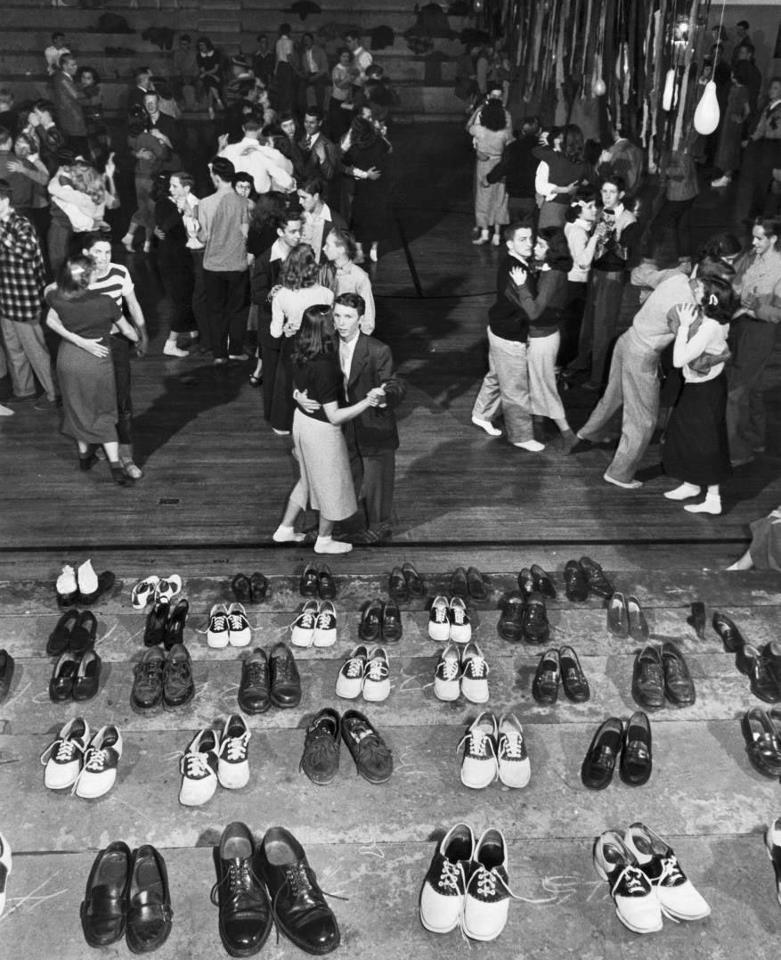 """1950 年代的 """"sock hop""""(襪子舞會),第一排最左邊可以看到 """"loafers""""(樂福鞋),右手邊兩雙黑白相間的則是 """"saddle shoes""""(馬鞍鞋),都是當年常見的流行款式(via Vintag Everyday)"""