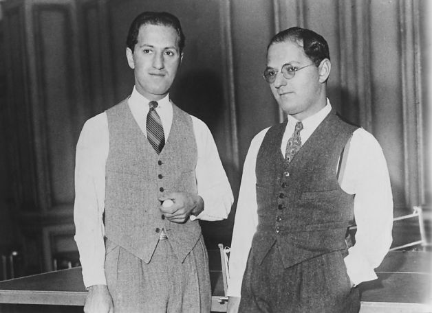 George(左)與 Ira Gershwin,1925( via   Getty Images )
