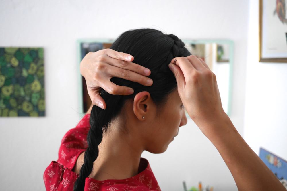 固定的方法:先直直插入頭髮中,抓住些頭髮