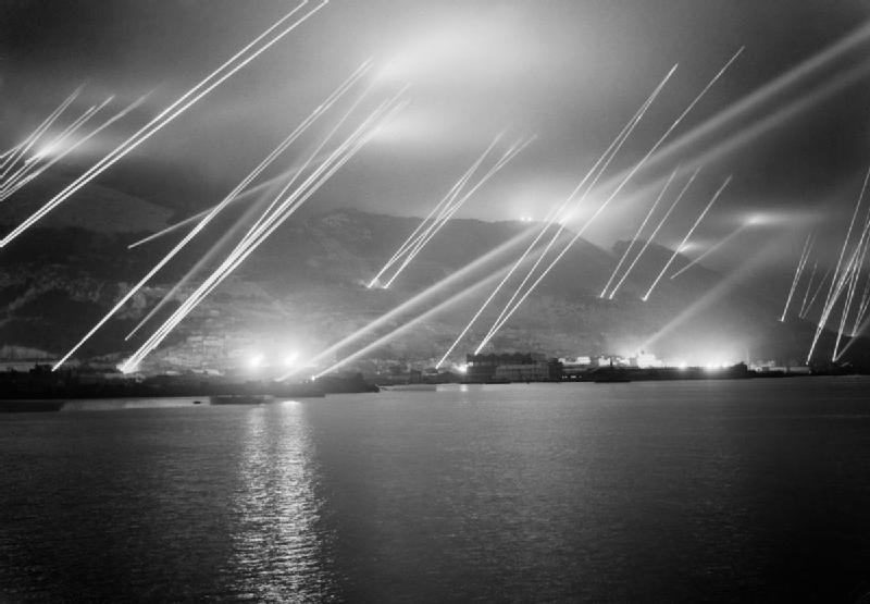 二次大戰期間直布羅陀防空演習,探照燈搜尋著夜空中的轟炸機( via:   Wikipedia )