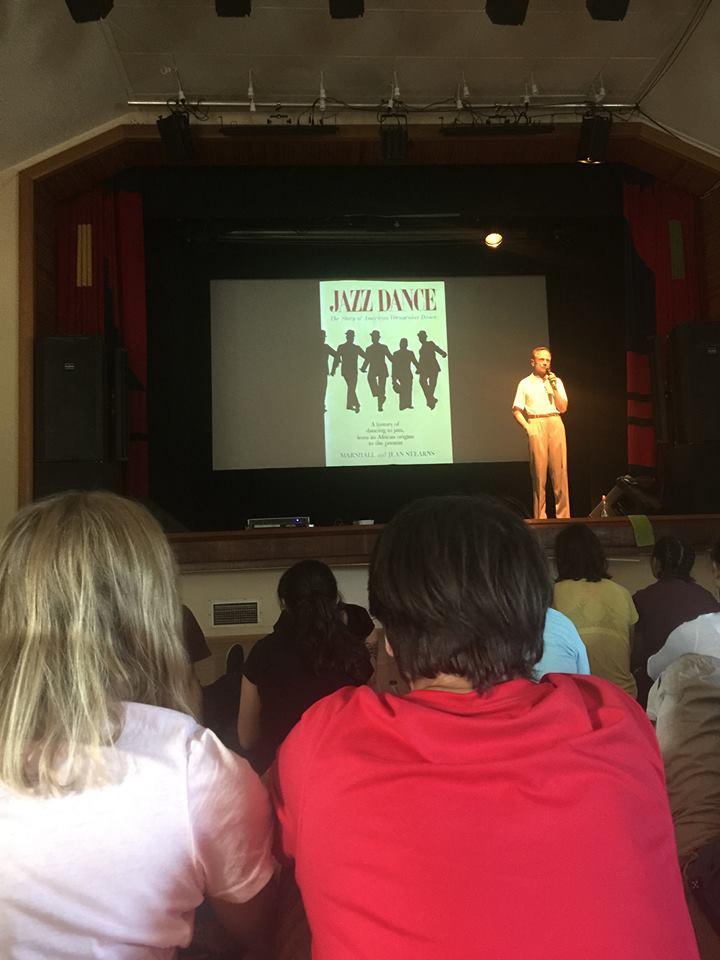 某個與爵士舞相關的演講,台上是 HDC 創辦人 Lennart