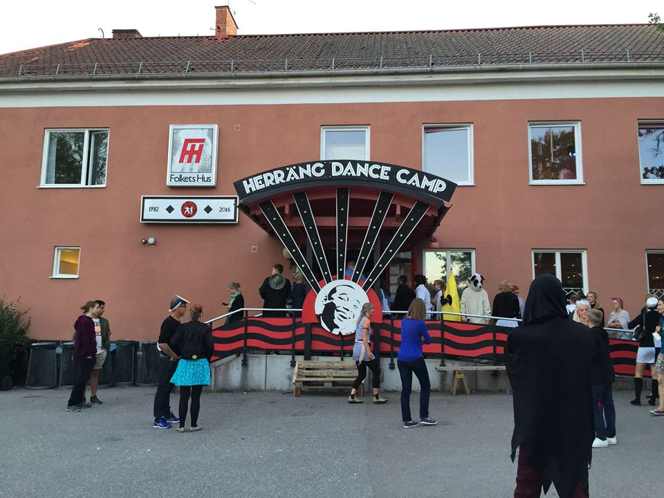 門口在排隊進入 Folkets Hus 跳舞的人們,看樣子應該是週三的 Masquerade Night(所以有香蕉與狗熊)